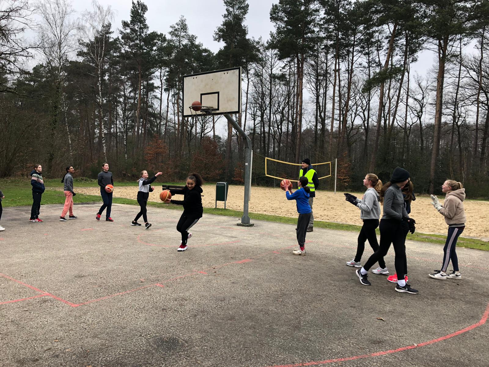 Meiden U14 trainen buiten (Foto's)
